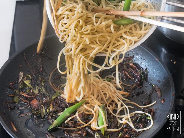 Je hoeft niet altijd naar de toko als je Aziatische noodles wil maken. Waarschijnlijk heb je alles wat je nodig hebt voor deze 6-ingrediënten Chinese vegan noodles met lenteui-olie al in huis.