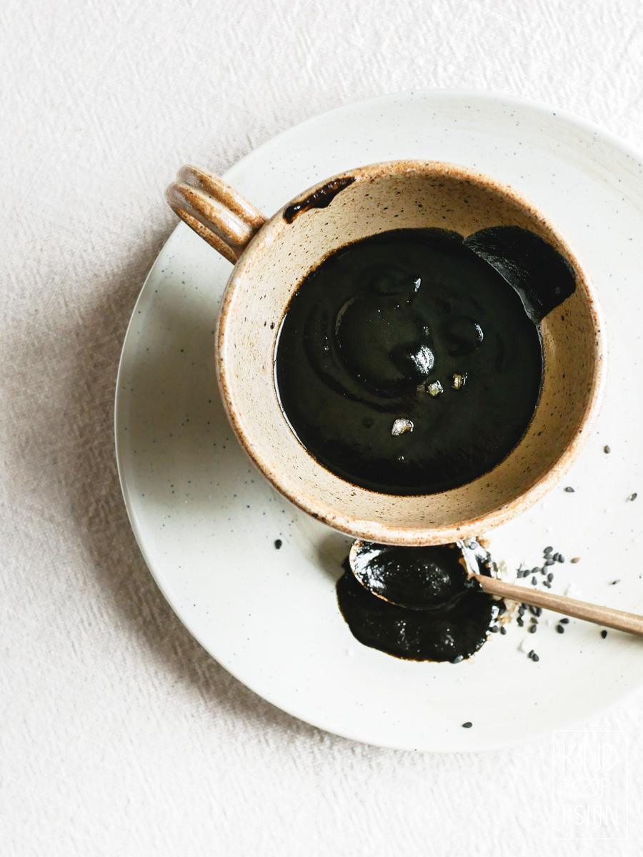 Vaarwel, karamel met zeezout! Welkom, vegan zwarte sesam-karamelsaus met zeezout voor over ijs en cake! Met dit makkelijke recept zet heel snel een bijzonder nagerecht op tafel. #sesam #makkelijknagerecht #sneldessert #glutenvrijnagerecht #vegannagerecht