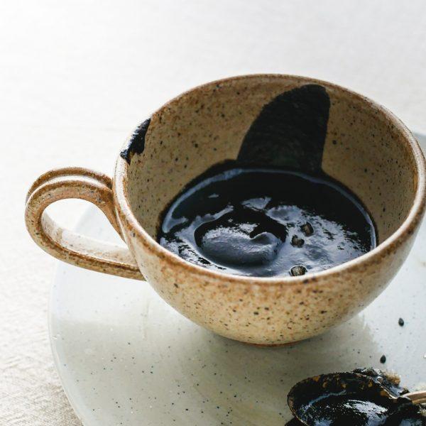 Vaarwel, karamel met zeezout! Welkom, vegan zwarte sesam-karamelsaus met zeezout! Lekker over ijs, koekjes, taart en zelfs op brood.