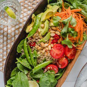 Een gezonde twist op het traditionele Vietnamees vegetarische gerecht Bun Chay met witte rijstnoedels: eiwitrijke quinoa met vegan Vietnamese dressing.