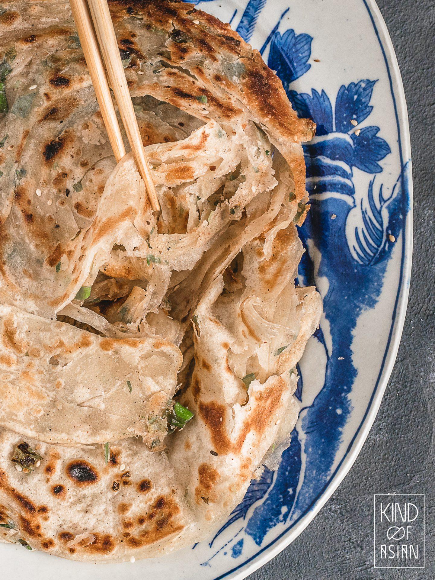 Deze Chinese flatbread (zonder gist) bestaat uit dunne laagjes zacht en chewy deeg en smaakvolle lente-ui, sesam en 5-spice.