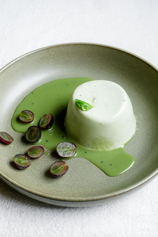 Deze vegan basilicum panna cotta met witte chocolade is zoet en romig door de chocolade en heeft frisse accenten van de yoghurt, basilicum en citroengras.