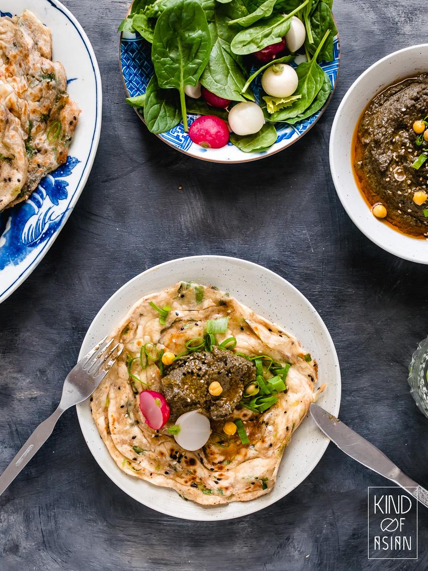 Een vegan en gezonde spread met een Chinese twist: hummus met zwarte sesam, chili-olie, sojasaus en Chinese zwarte azijn. Deze traditionele combinatie van Chinese smaakmakers doet het bijzonder goed met de kikkererwtenpuree!