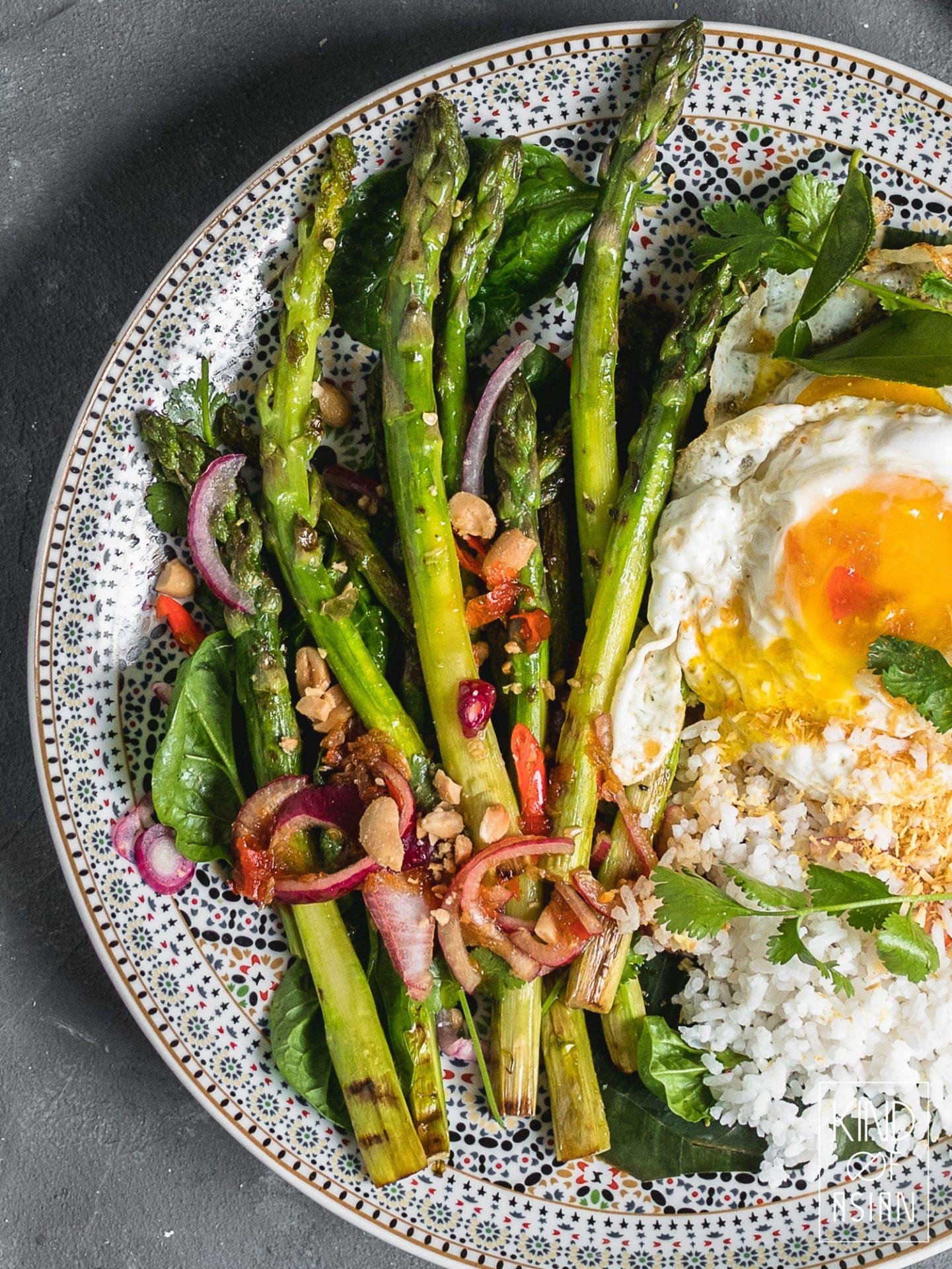 Groene asperges, rode ui, pinda's in pittige Thaise dressing, kokosrijst en spiegelei.