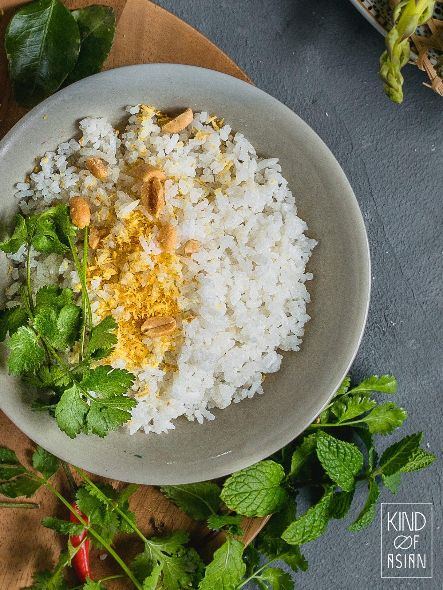 Dit is een Thais recept voor jasmijnrijst gekookt in kokosmelk. De fluffy Thaise kokosrijst is licht gezoet en is uiteraard niet plakkerig. Verwar deze niet met de plakkerige kleefrijst met heel veel kokosmelk.