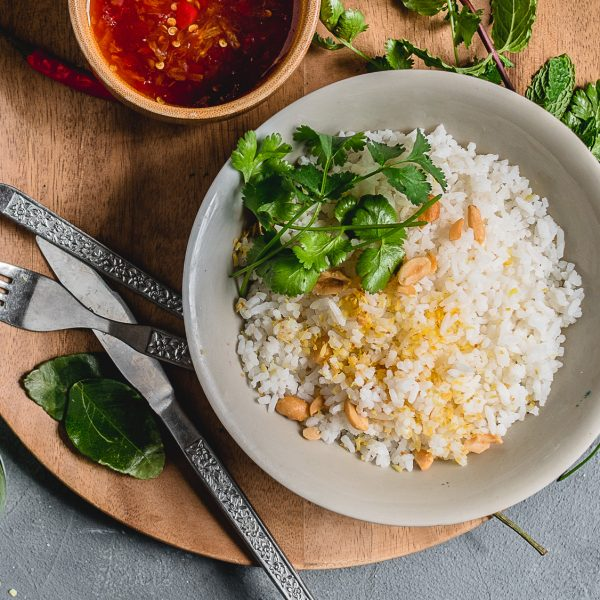 Fluffy kokosrijst met limoenblad, gezouten kokosrasp en koriander