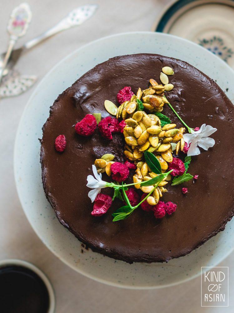 Soms is een lekkere taart niet genoeg. Soms heeft een smeuïge, zachte chocoladetaart krokante gesuikerde pompoenzaadjes met een mooie goudgele gloed nodig.