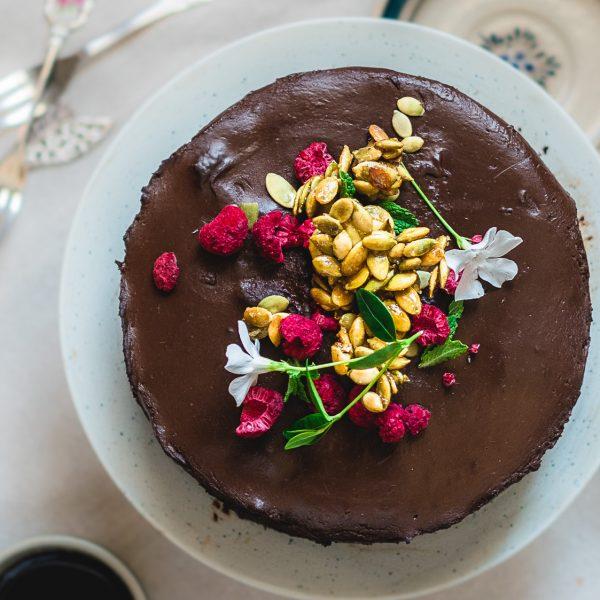 Soms is een lekkere taart niet genoeg. Soms moeten er krokante gesuikerde pompoenzaadjes met een mooie goudgele gloed op je smeuïge, zachte chocoladetaart.