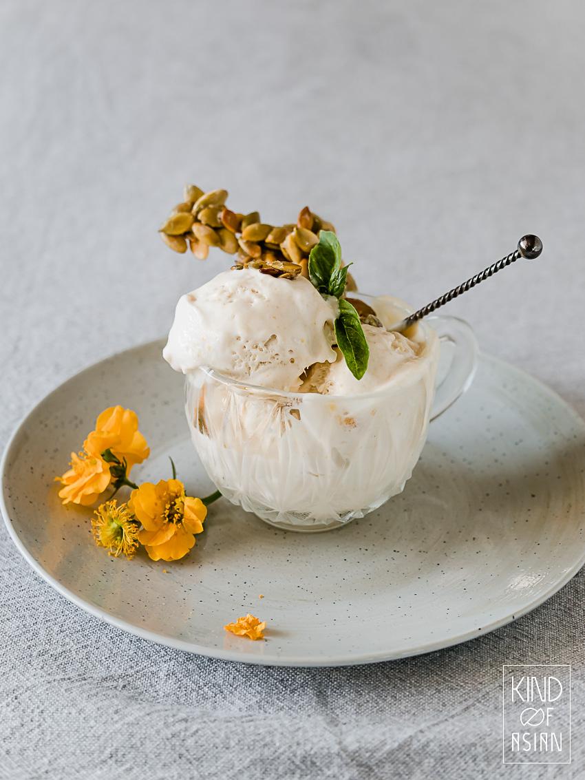 Kopje met vegan citroenijs, koekje van pompoenpitten.