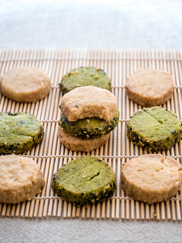 Voor dit basisrecept voor vegan koekjes hoef je slechts 4 ingrediënten- die je waarschijnlijk al in huis hebt- te mengen in 1 kom. Ze zijn lekker bros, licht gezoet en smaken naar boterkoekjes. Groene en gele koekjes bamboematje.