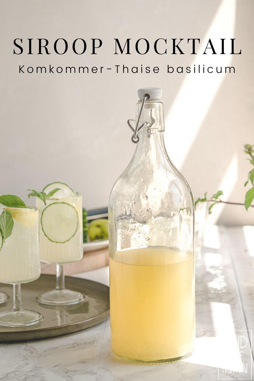 Limonade is een snelle dorstlesser maar een alcoholvrije mocktail met komkommer en Thaise basilicum is zo intens fris en kruidig dat je nipjes wil nemen. Glazen fles met gele siroop.