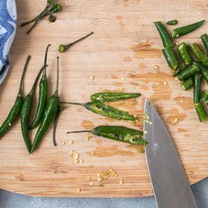 Groene Thaise chilipepers voor vegan groene currypasta