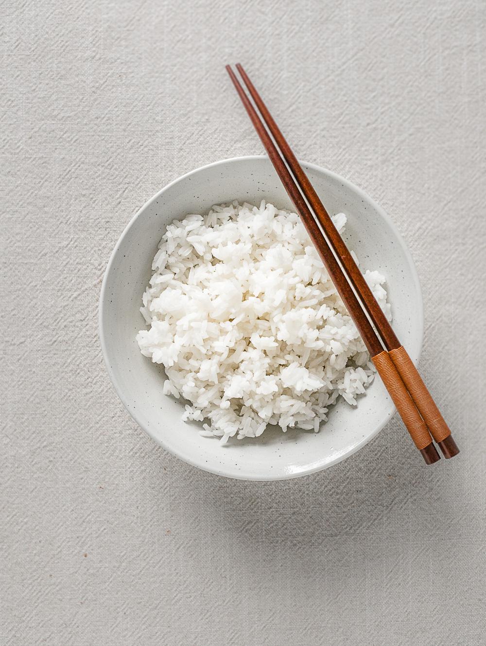 Kook zelf elke keer fluffy en licht plakkerige jasmijnrijst (ook wel pandanrijst) met de volgende methode. Zonder rijstkoker.