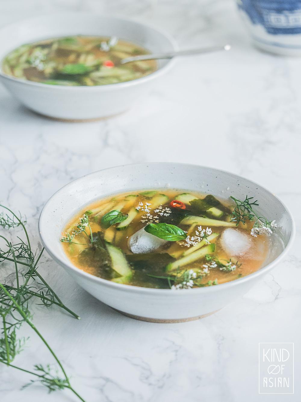 Koude soep met cantaloupe meloen en Thaise smaakmakers. Fris, zoet, hartig en pittig met een lekkere bite van de komkommer. Een tropische zomersoep!