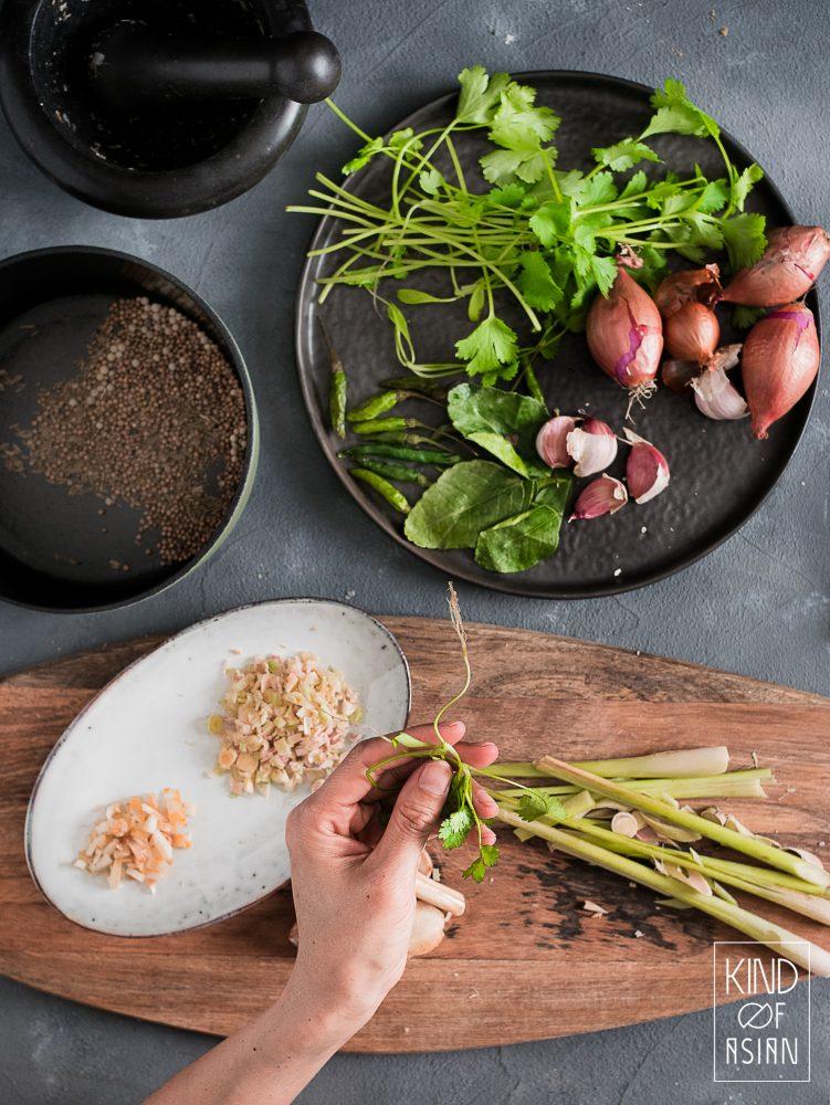 Verse koriander, citroengras en specerijen voor homemade vegan groene currypasta.