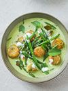 Bord met vegan groene Thaise curry en boontjes