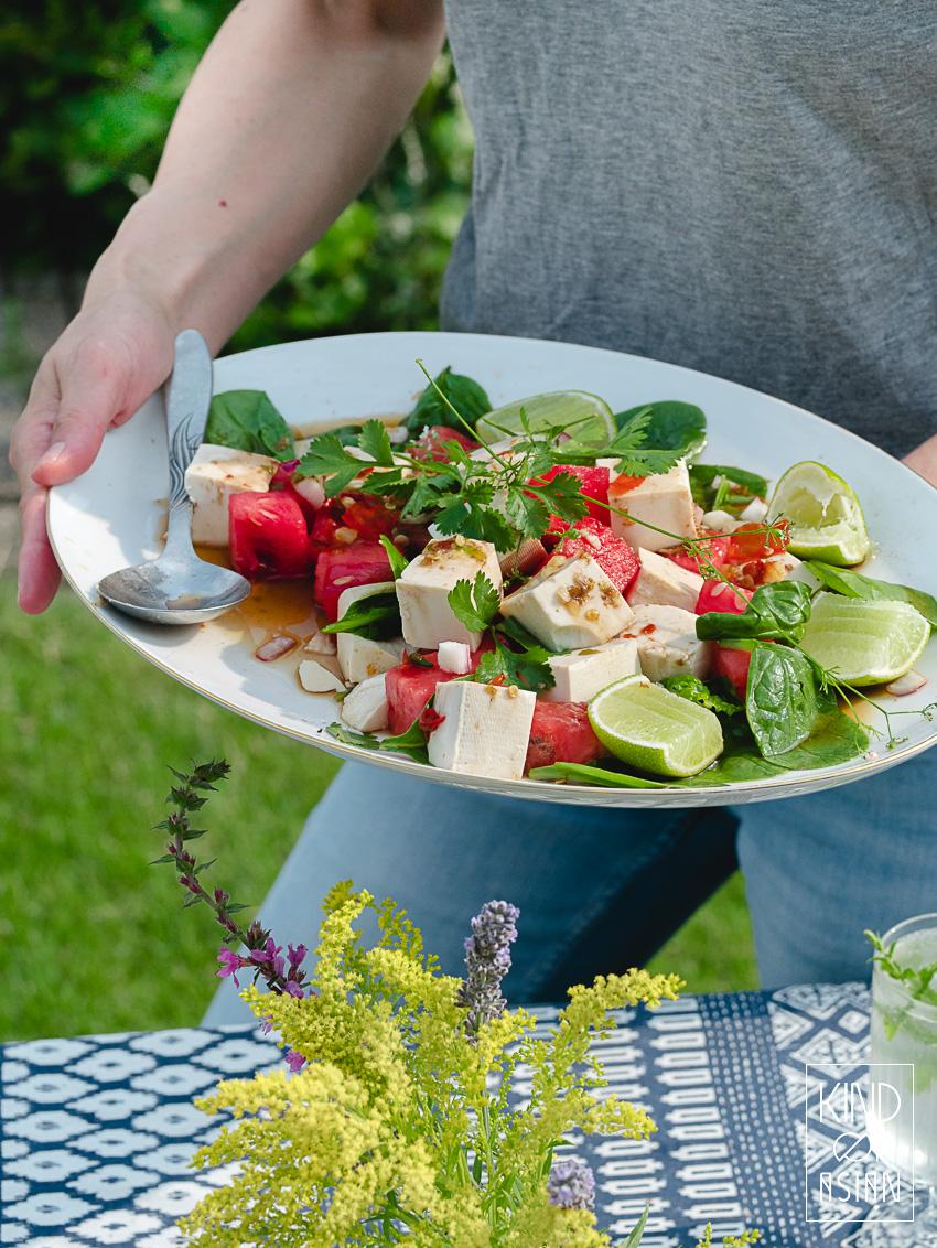 Verse chilipepers, limoen, citroengras en limoenblad geven deze koude tofu salade met watermeloen de Thaise pit die de milde, zomerse ingrediënten nodig hebben.