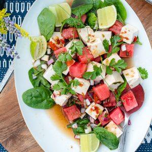 Zomerse en pittige salade met zijden tofu en watermeloen