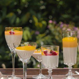 Kleine glaasjes vegan panna cotta met mango saus in de tuin