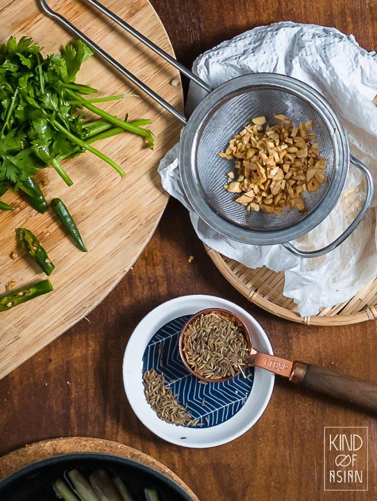 Korkant gefrituurde knoflook, komijn, groene peper en komijn voor Vietnamese zoetzure soep.
