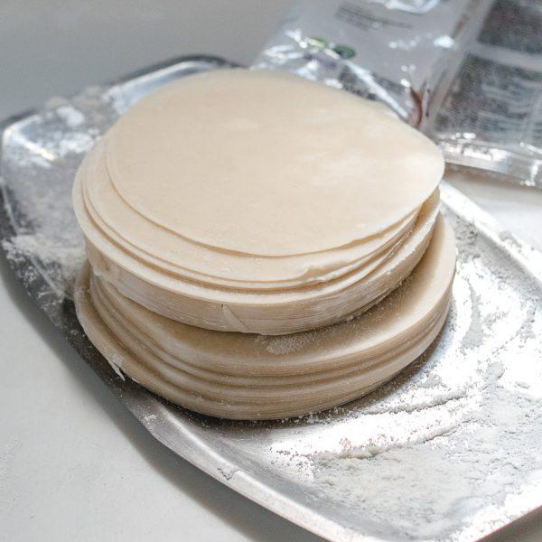 Natuurlijk niet zo lekker als vers gemaakte dumplingvellen, maar een kant-en-klaar voorraadje vellen in huis betekent wel dat je sneller Chinese dumplings en Japanse gyoza op tafel hebt!