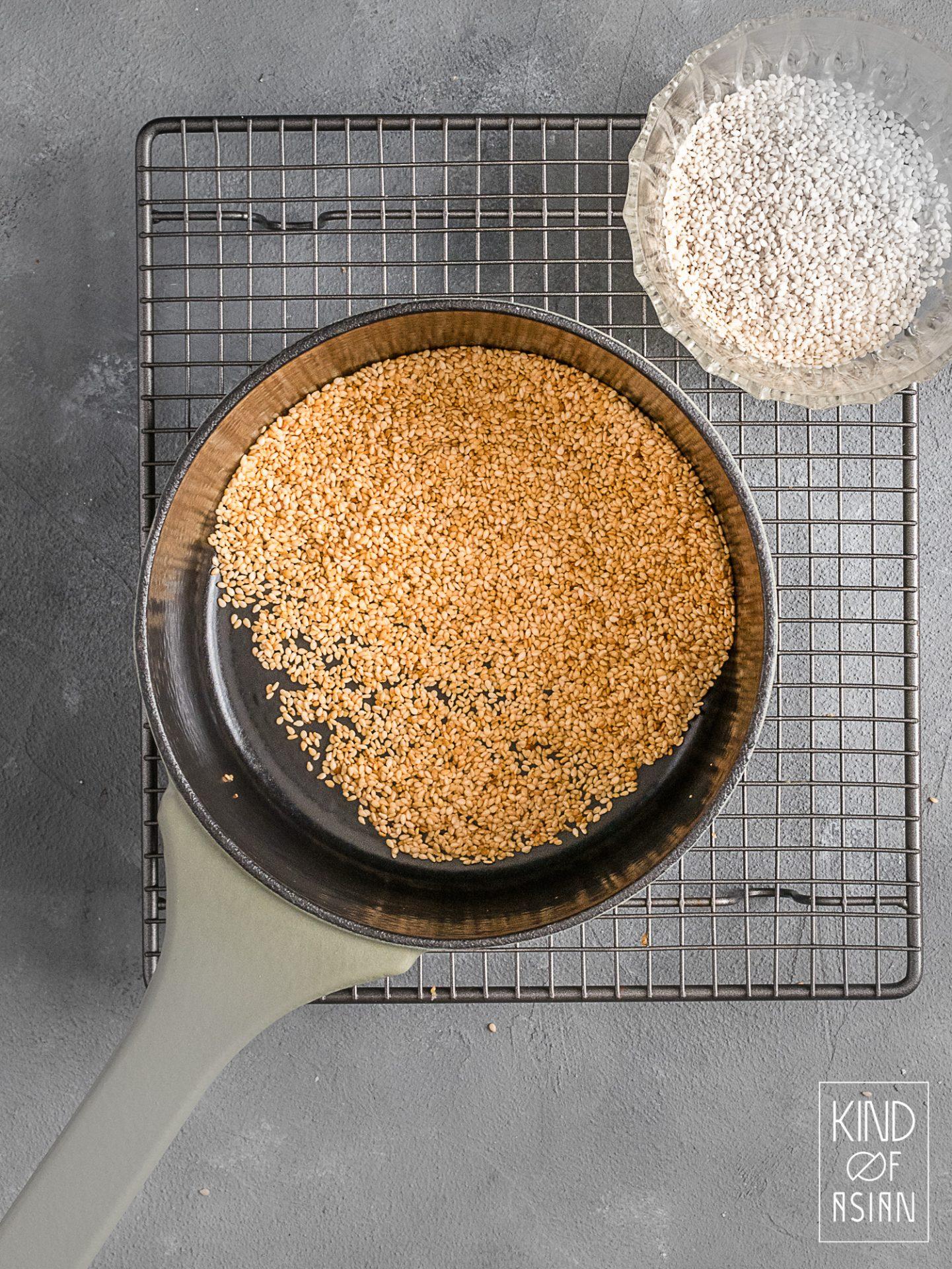 Voor veel Koreaanse, Chinese en Japanse recepten is geroosterde sesam een belangrijk ingredient. Lees hier hoe je het beste sesam kan roosteren voor de beste smaak.