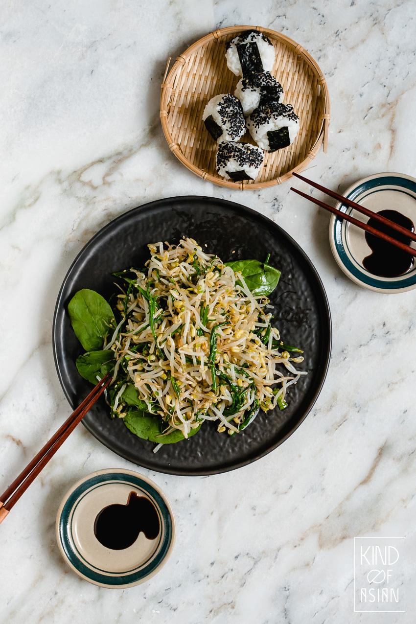 Geen salade van rauwe groenten maar een gezond en snel groente recept met geblancheerde taugé, zeekraal en Koreaanse smaakmakers. Maak het van tevoren en serveer het koud.