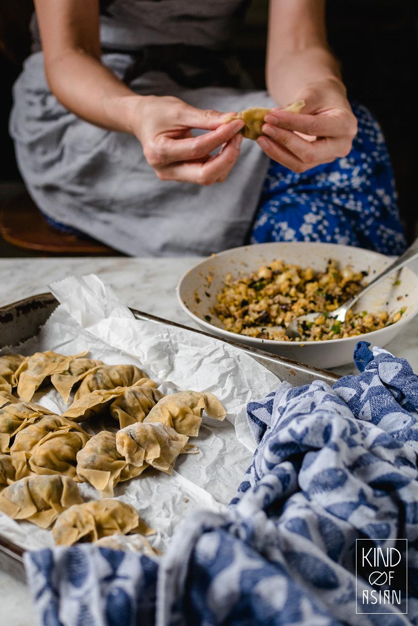 Vegetarische of vegan Chinese wonton soep? Traditioneel worden wontons gevuld met spek en garnalen. Maar voor dit recept gaan we voor Veggies only!