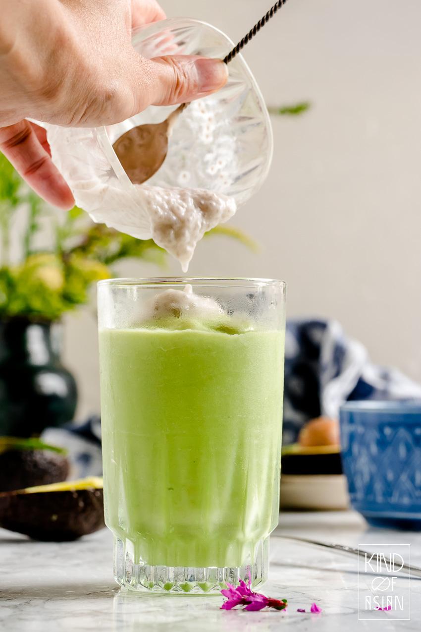 IJskoude vegan smoothie van romige avocado en gecondenseerde kokosmelk.