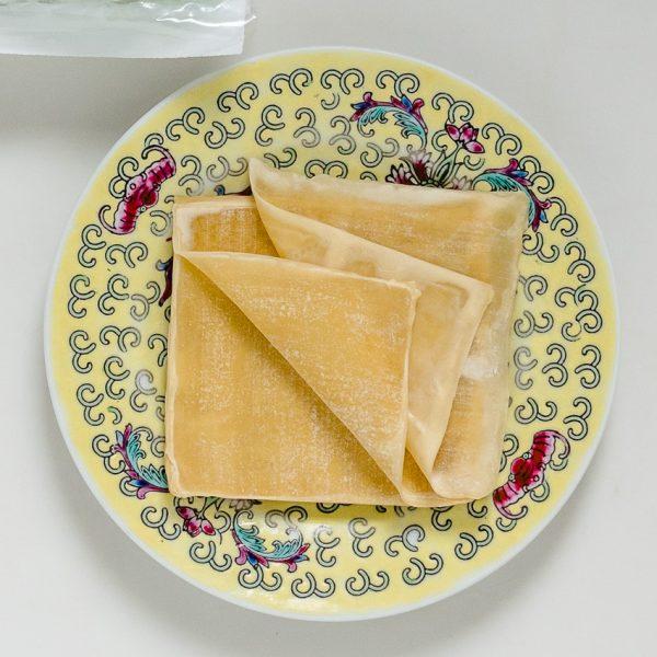 Er zijn twee soorten ingevroren kant-en-klare deegvellen voor wontons: vellen voor gekookte en voor gefrituurde wontons. Let goed op de verpakking.