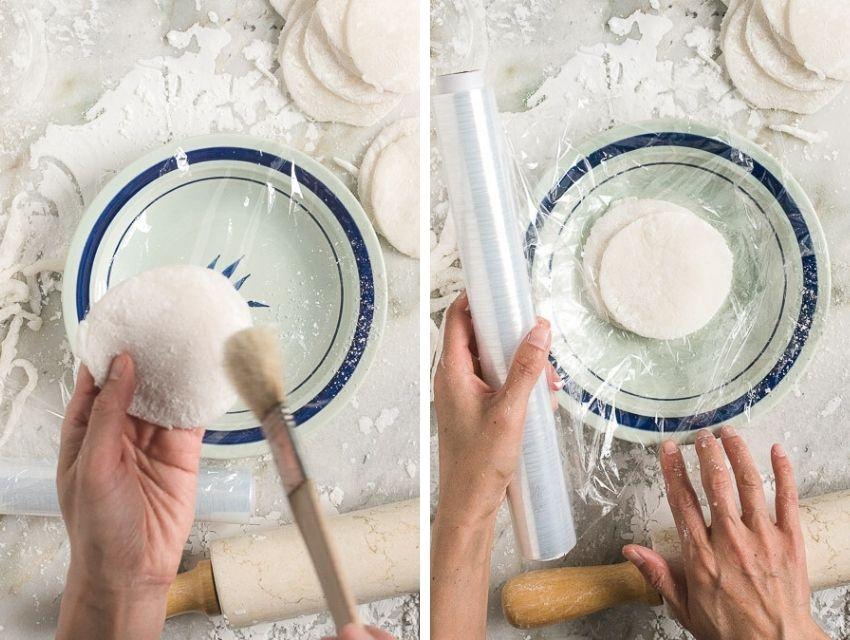 Rondje uit deeg steken voor mochi ijs