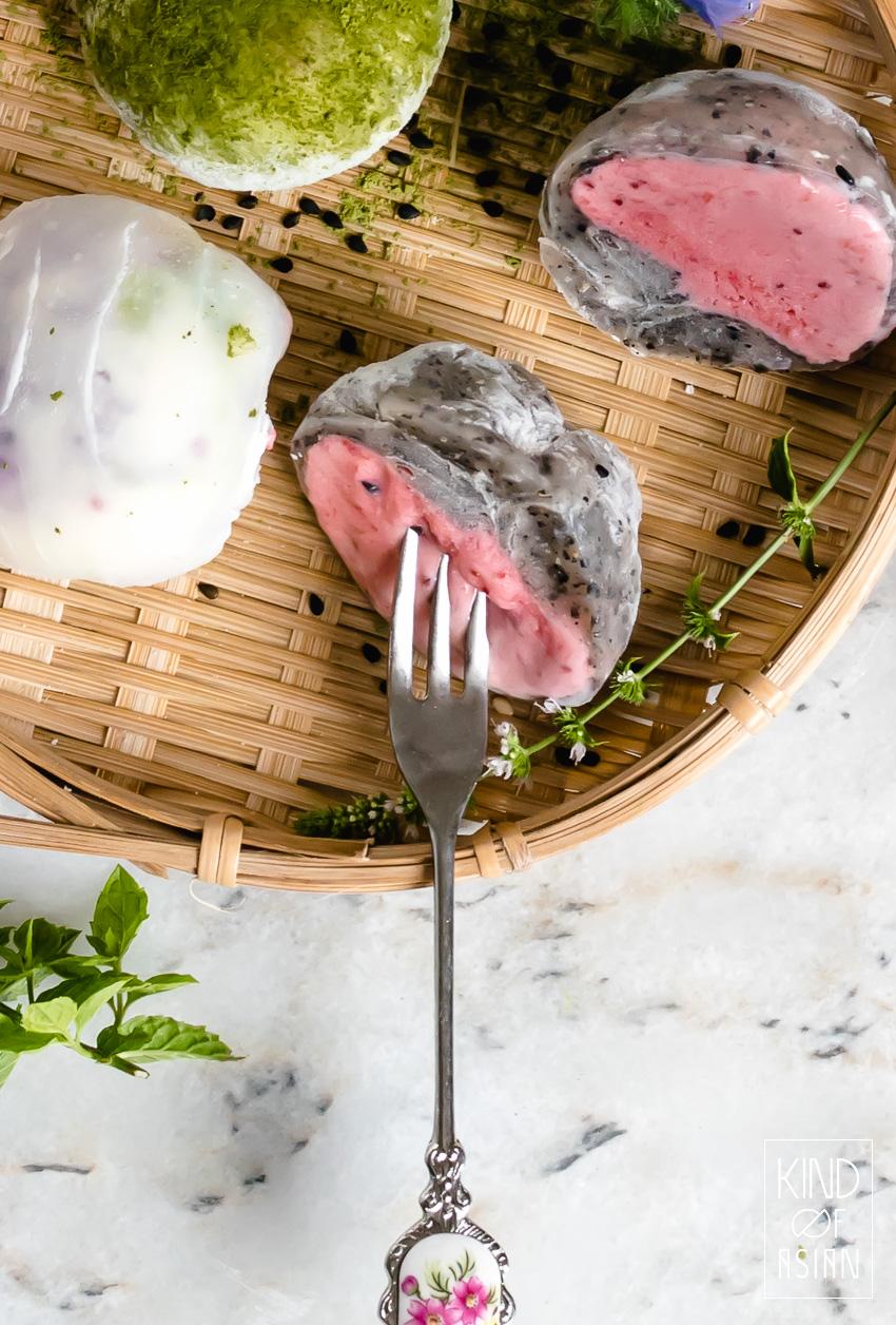 Vegan ijs ingepakt in een dun en elastisch laagje Japans mochi deeg (glutenvrij kleefrijstdeeg) in naturel, matcha en zwarte sesamsmaak.