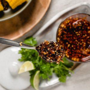 Deze Vietnamese gekarameliseerde chili olie met citroengras, knoflook en sesam is zoet, zout, hartig, pittig en crispy. Zelfs een saaie maiskolf pep je hiermee op!