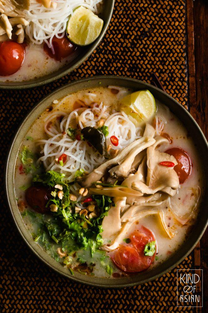 Vegan Thaise Tom Yum met rijstnoedels en geroosterde chilipasta.