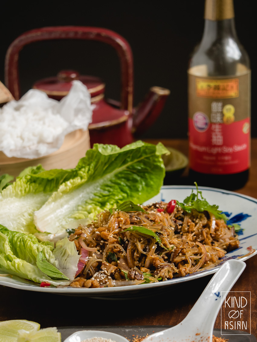 Een vegan versie van de pittige Thaise salade die traditioneel met vlees is: Laab, Larb of ook wel Laap. Ook deze vegan Laab heeft de kenmerkende vlezige bite en rokerige smaak van chilipoeder en geroosterd rijstpoeder.