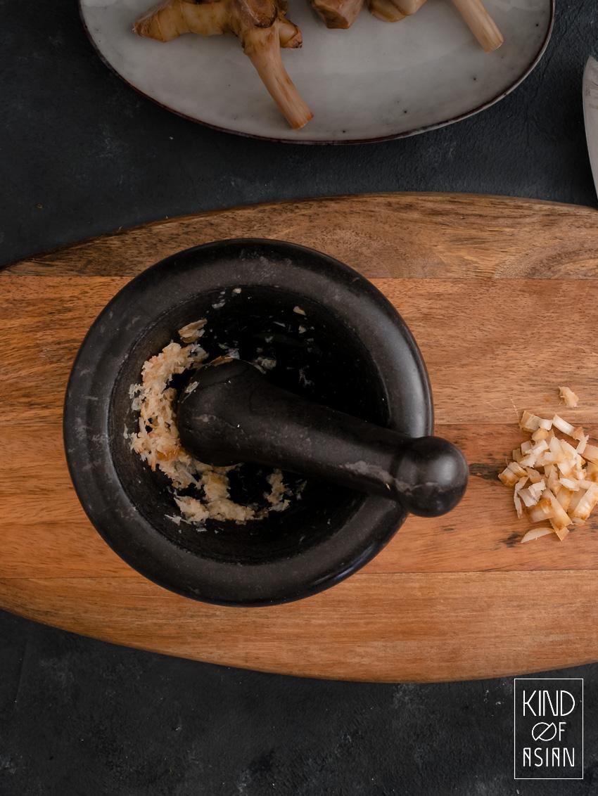 Geurige laoswortel (galanga) is een van de belangrijkste Thaise smaakmakers: lees hier hoe deze te gebruiken en het beste te bewaren.