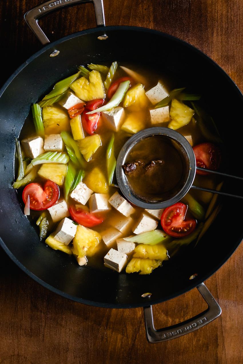 Tamarinde is een peulvrucht die friszuur of zoetzuur smaakt - afhankelijk van hoe rijp het is. Lees hier hoe je tamarinde gebruikt voor Thaise en Vietnamese recepten.