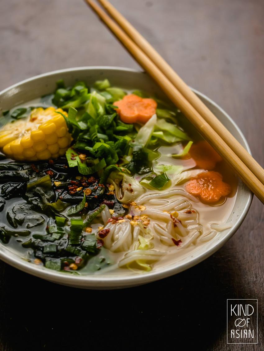 Met een paar droge ingrediënten maak je zelf een vegan en gezond bouillonpoeder voor een Aziatische drinkbouillon of een (bijna) instant noedelsoep. Ga naar nog meer vegan en vegetarische Aziatische recepten naar kindofasian.com. #gezond #soep #makkelijk
