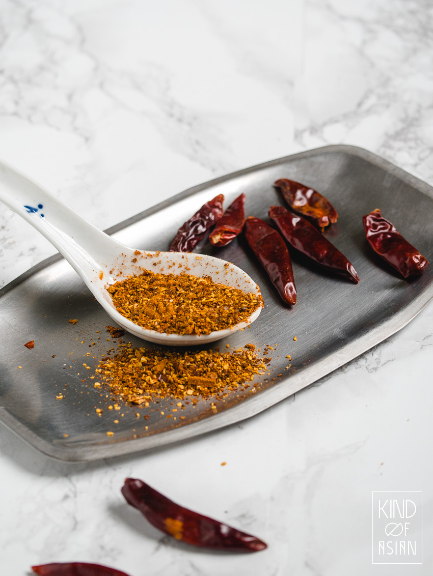 Maak zelf eenvoudig een chilipoeder van gedroogde pepers. De chilipepers worden eerst geroosterd waardoor het poeder een rokerige smaak krijgt.