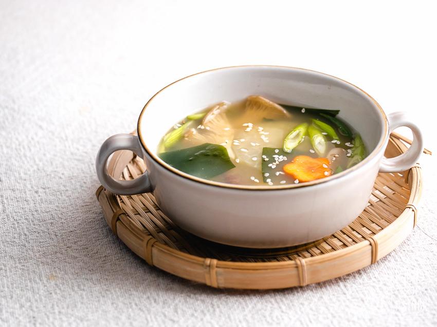 Vietnamese tamarinde soep, Thaise tom yum, Chinese wontonsoep of een simpele en gezonde drinkbouillon? Hier 10x vegan en vegetarische Aziatische soep recepten van Kind of Asian voor jou op een rijtje gezet.