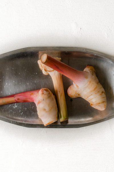 Geurige laoswortel (galanga) is een van de belangrijkste Thaise smaakmakers. Lees hier hoe deze te gebruiken en het beste te bewaren.