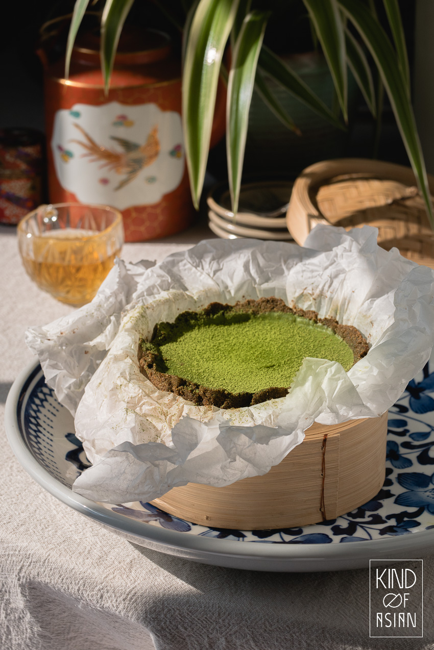 Een vegan no bake matcha en chocolade ganache taart: de romige ganache is zoet met een licht bittertje in een koekjesbodem met spekkoekkruiden.