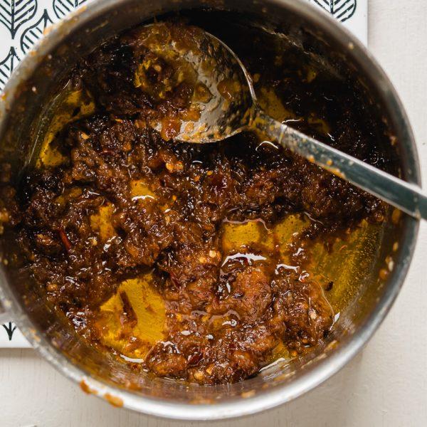 Deze kleverige, gekaramelliseerde Thaise vegan chilipasta van geroosterde pepers, knoflook en sjalot is lastig om van af te blijven. Onmisbaar in vegan Thaise soepen en decadent lekker bij andere gerechten!