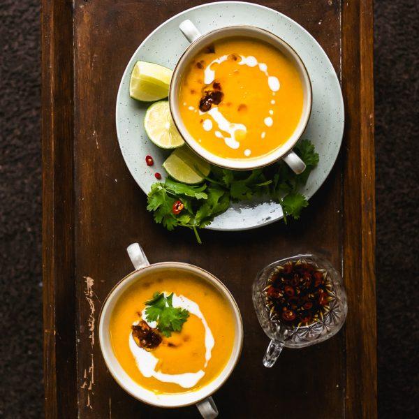 Vegan Thaise pompoensoep met geurige laoswortel, citroengras, limoenblad en romige kokosmelk: dé ingrediënten om dit najaar mee door te komen.wortel, citroengras, limoenblad en romige kokosmelk: de juiste ingredienten om dit najaar mee door te komen.