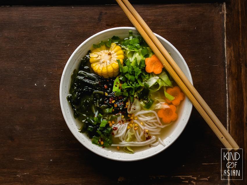 Eeetstokjes en kom met Aziatische soep en noedels