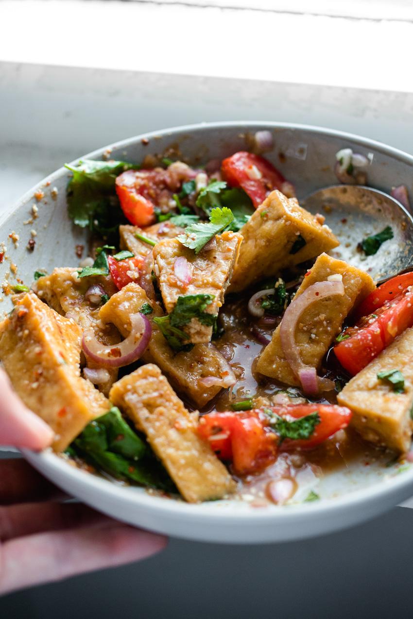Proef Thailand in deze vegan Thaise tamarinde saus met chilipoeder (Nam Jim Jaew): rokerig pittig, zoetzuur en umami-rijk!