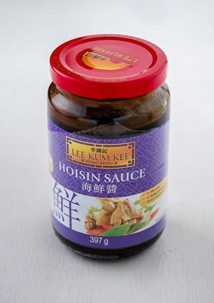 Chinese hoisin-saus is zoet en kruidig. Het wordt vooral in Zuid-Chinese (Kantonese) gerechten gebruikt in marinades, dip- en woksauzen.