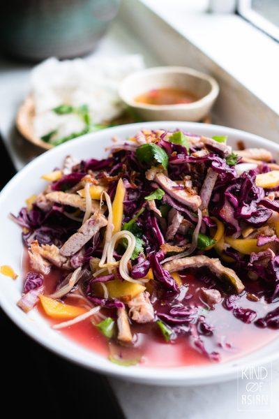 Knapperige rode kool salade met tofu, mango en gefrituurde sjalotjes in Vietnamese saus. Serveer met rijstnoedels voor een lichte maaltijd of met zelf gebakken vegan 'kroepoek'.