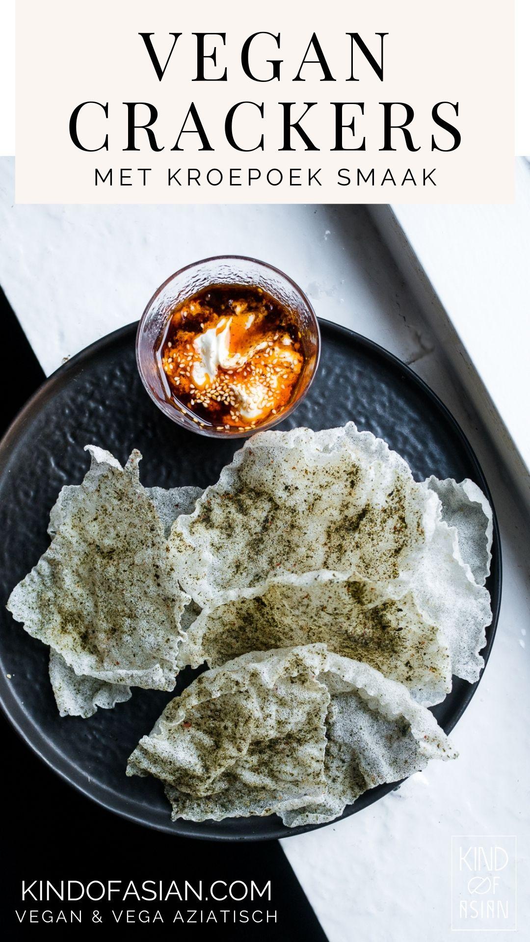 Van vellen rijstpapier (die je normaal gesproken gebruikt voor Vietnamese summer rolls/ spring rolls) maak je met dit recept krokante vegan dunne crackers met een ziltige kroepoek smaak. Frituur zelf luchtige en krokante chips van rijst met een lekker hartige smaak en veel minder zout dan snacks uit de winkel. Ga voor dit en andere vegan en vegetarische Aziatische recepten naar kindofasian.com. #makkelijk #dtussendoortje #glutenvrij