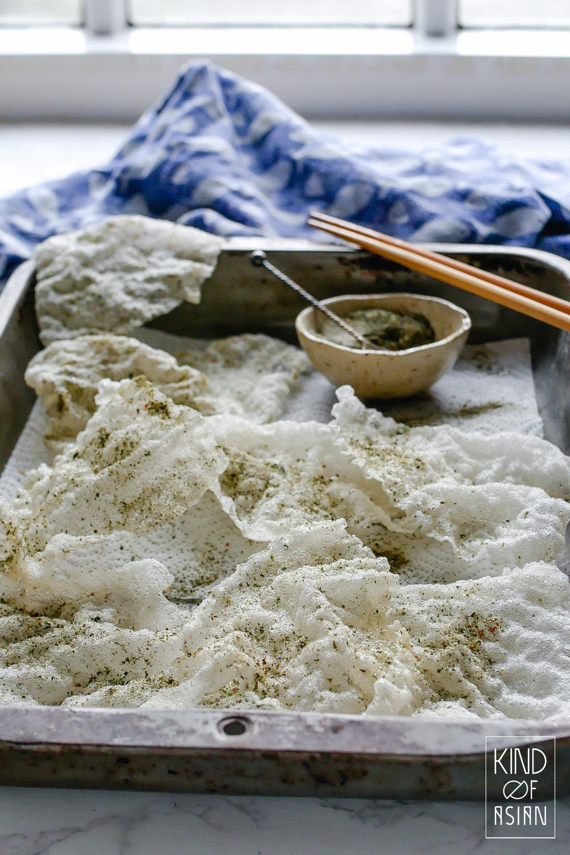 Vellen rijstpapier gebruik je normaal gesproken voor Vietnamese summer rolls. Met dit recept maak je er krokante vegan crackers van. Heerlijk krokant en met een ziltige kroepoek smaak.